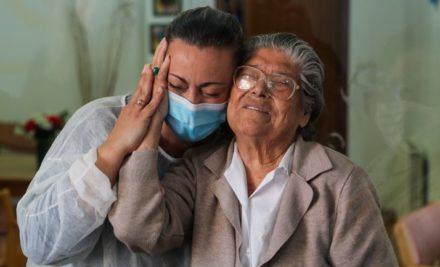 Idosos num lar no Montijo reencontram-se com familiares numa box das emoções